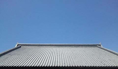 瓦屋根と碧空