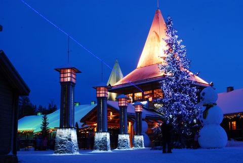 800px-Arctic_circle_santa_village[1]