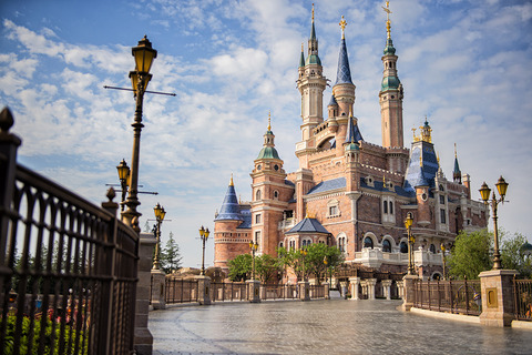 Enchanted-Storybook-Castle-Disney-Shangai[1]
