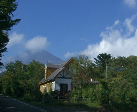 __富士と瀟洒な山荘JPG