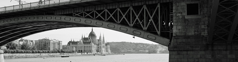 マルギット橋とブダペストの国会議事堂