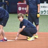【目撃情報】藤原丈一郎、オリックスの試合前にグラウンド整備「さすが、ガチ勢」 西畑大吾も一緒?