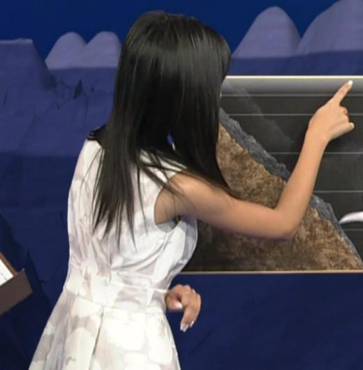小島瑠璃子 ノースリーブの隙間からインナーがチラリ