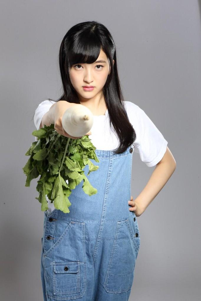大根を持ちこちらを睨むHKT48の田島芽瑠