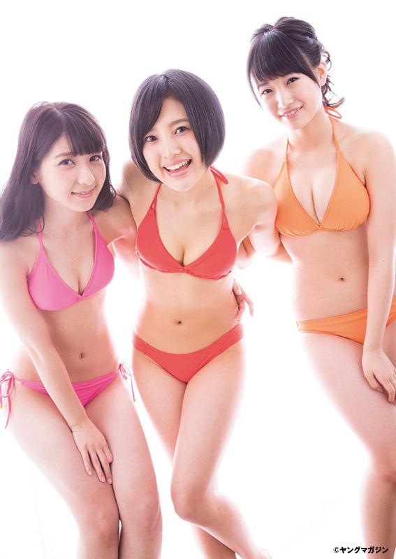 メンバーと水着姿の朝長美桜さん