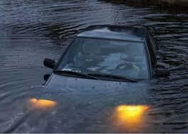 【緊急】車が冠水したら車内に閉じ込められて死ぬらしいけど脱出方法教えて