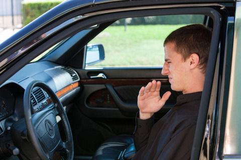 車の冷房つけると最初すげー臭いんだけどどうしたらいい?