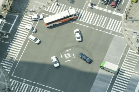 右折する時に対向車線が左折車で詰まった場合、お前ら被せ右折する?