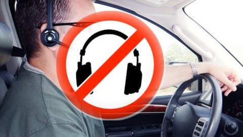 車はイヤホンつけて運転したらだめなの?