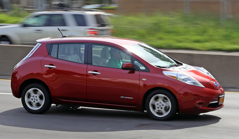 Nissan_Leaf_on_Cross_Island_Parkway_cropped