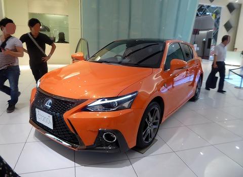 1280px-Lexus_CT200h_F_SPORT_(DAA-ZWA10-AHXBB)_front