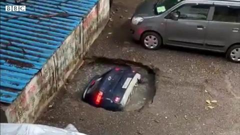 【怖すぎ】駐車場の地面に空いた穴に車が飲み込まれていく・・・インド