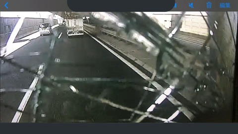 前から畳が!フロントガラス直撃破壊、東京外環自動車道で..恐怖の瞬間