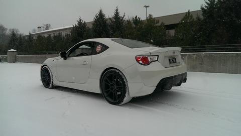 雪国で雪道を運転するのって4WDのスタッドレスタイヤがいいんですかね?