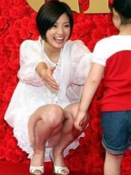 女子アナ「小さな子と遊んでたらパンティーが見えてしまった」