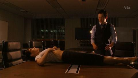 綾瀬はるかが自分でTシャツをめくってお腹を露出。