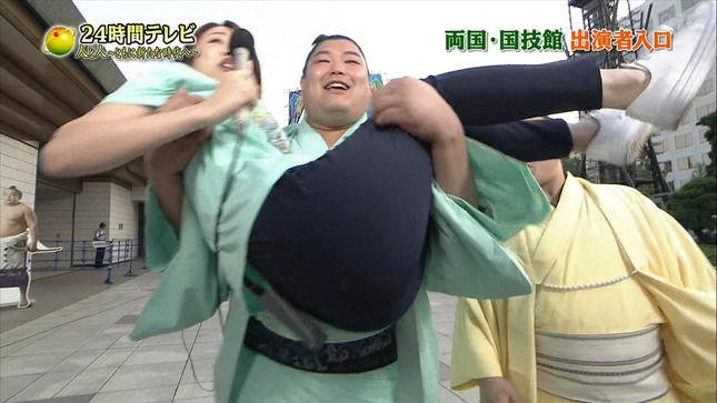 滝菜月アナ 力士に抱え上げられてお尻を撮られる!!【24時間テレビ】