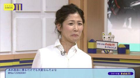 桑子真帆アナの白シャツ背中にブラ紐が透けてる。