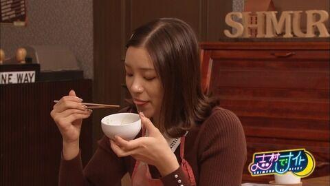 足立梨花さん、口から白いのが糸を引いてしまう。