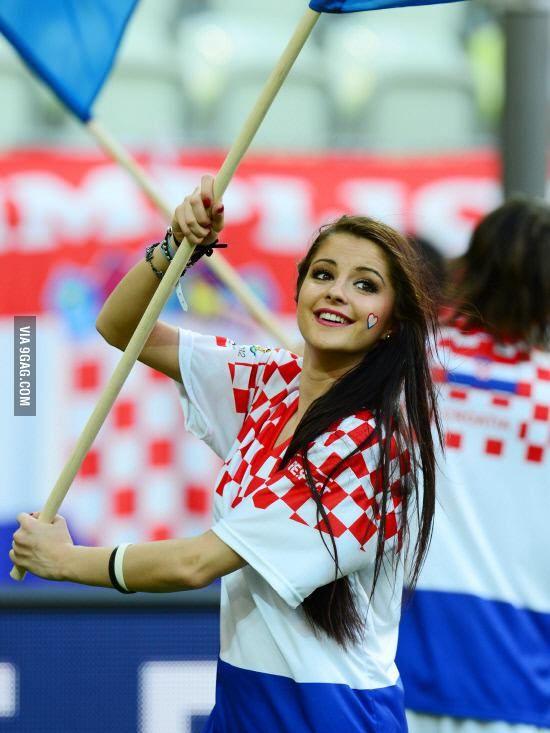 【画像】クロアチアサポーター美少女、決勝進出が嬉しすぎてオッパイ晒してしまう