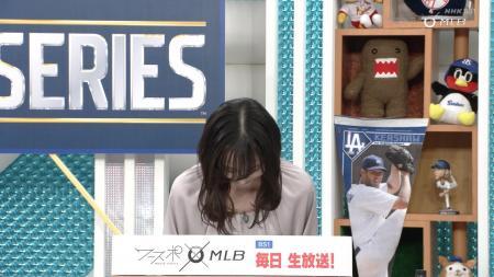 山本荻子 お辞儀で少し見せるエッチな胸 201023