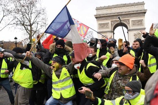 【悲報】フランス人女性達、デモで何故かおっぱいを出してしまうwww(動画あり)