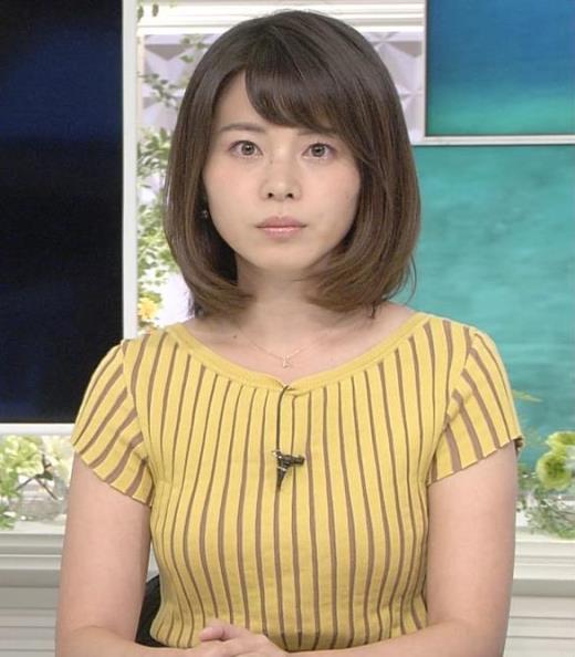 皆川玲奈アナ 縦縞Tシャツで胸のラインがでてる