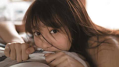 真っ白すぎる女子高生・岡田恋奈がグラビアで白ビキニやスク水も。