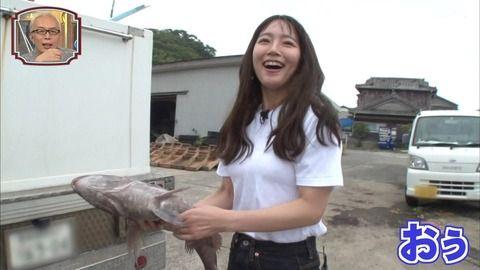 吉岡里帆ちゃんが巨乳の目立つTシャツ姿で大きいヤツをパックリ咥える。