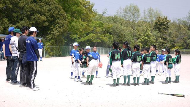 低学年チーム・キャプテン同士の握手