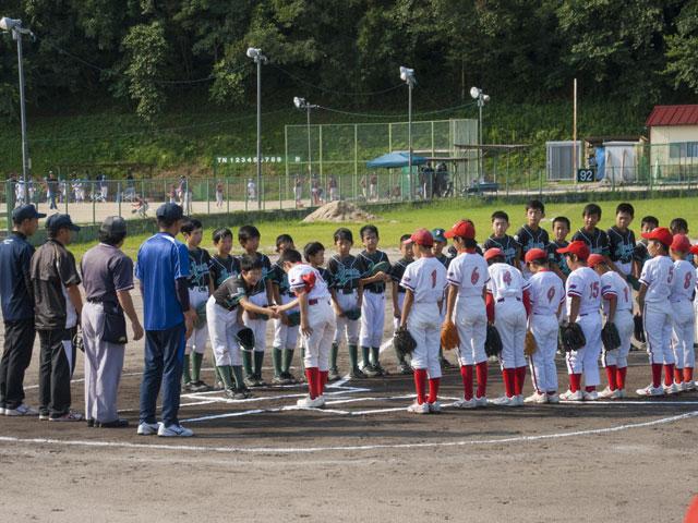 試合開始の整列と両チームのキャプテン握手