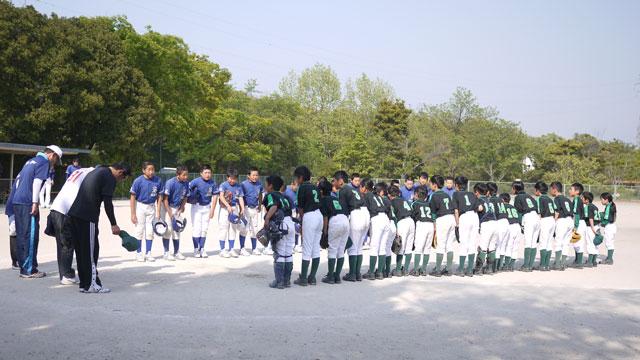 試合終了後の両チームメンバー全員で礼