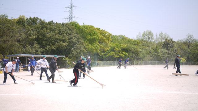 試合前のグラウンド整備