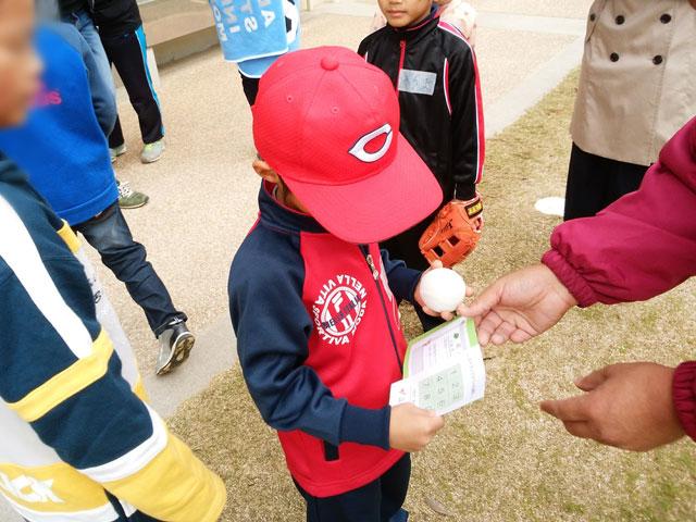 野球体験会終了と記録証とボールプレゼント