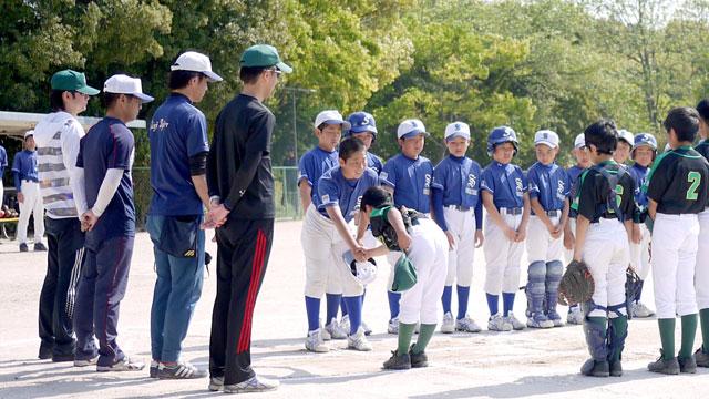 両チームのキャプテン同士の握手