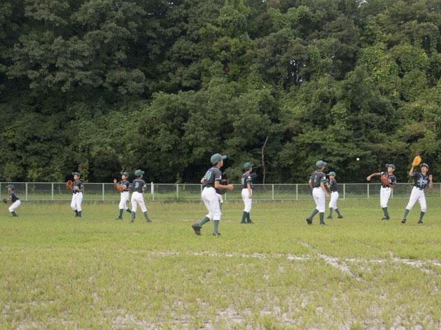 メンバー一同でのキャッチボール練習風景