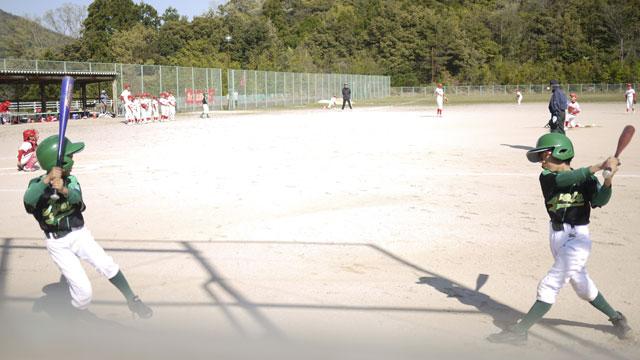 相手チーム投球練習に合わせバットスイング