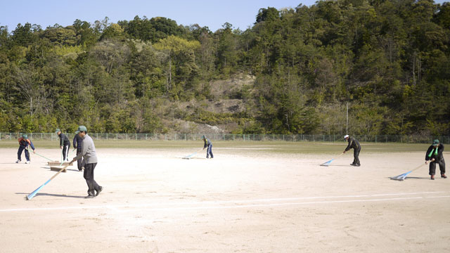 試合開始前の最終グラウンド整備|トンボ・ブラシ