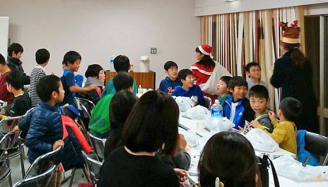 クリスマス会。サンタとトナカイがプレゼント進呈