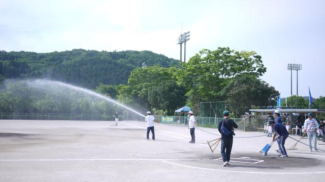 グラウンド整備と散水