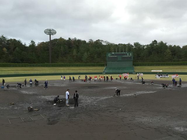 新人戦一試合目、雨でドロドロの球場整備