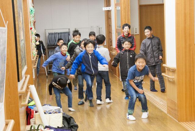 子供達が廊下で、だるまさんがころんだ遊び中