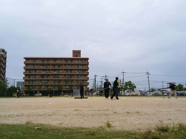 保護者のお父さん達、グラウンド整備トンボ
