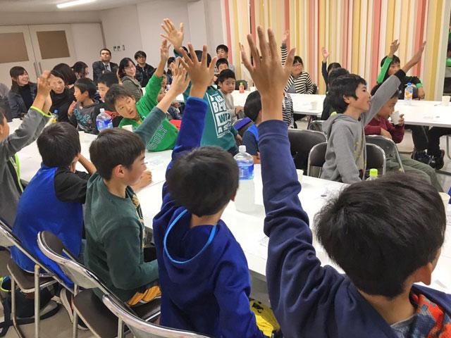 クリスマス会。皆が手を挙げる