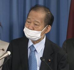二階幹事長「鼻出しマスク」で会見 ネット一斉ツッコミ「失格」「受験生ダメなのに」