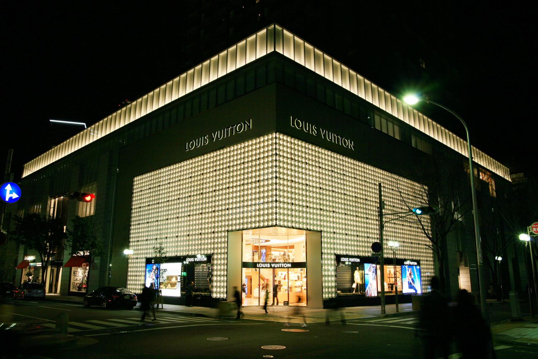 北西角に位置するルイ・ヴィトンの店舗の夜の姿は最も変化に富んでいます。ヴィトンらしい照明デザインです。数年前までこの地にローソンがあったとは今では想像