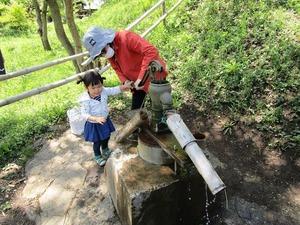 井戸水汲み