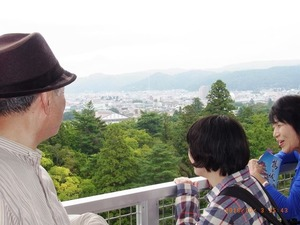 5、鶴ヶ城から会津を見る