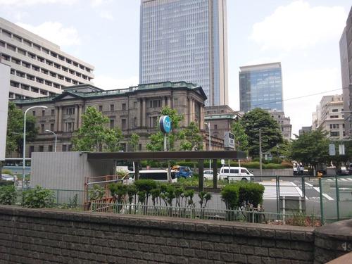 常盤橋から日本銀行と高層ビルの三井村を望む