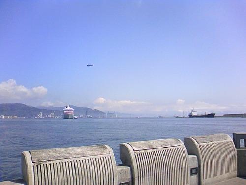 日本晴れの清水港に入港のクリスタルセレニティ